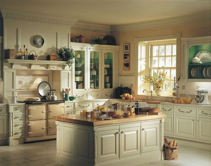 Traditional Kitchen Design with Warm Wooden Finishes